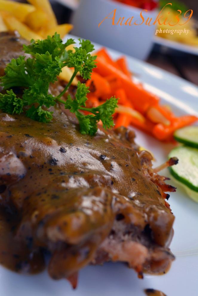 Steak with green peppercorn sauce, potatoes & carrot
